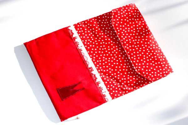 Tablet-Hülle - Rot-weiße Tupfen mit Rot / Köln-Skyline / Dunkelrote Domspitzen