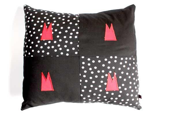 Dom-Kissen - Schwarz-weiße Tupfen mit Schwarz und 4 roten Domspitzen