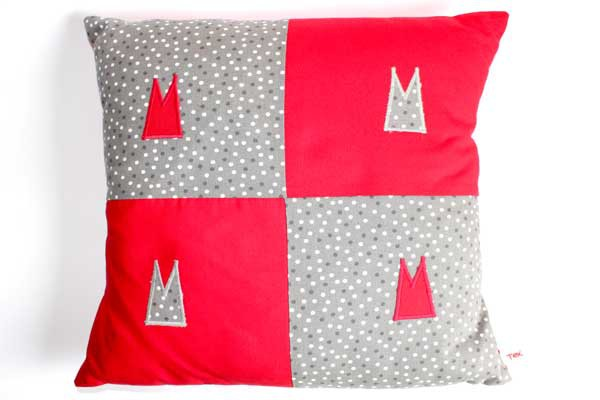 Dom-Kissen - Grau-weiße Tupfen mit Rot / mit 4 Domspitzen