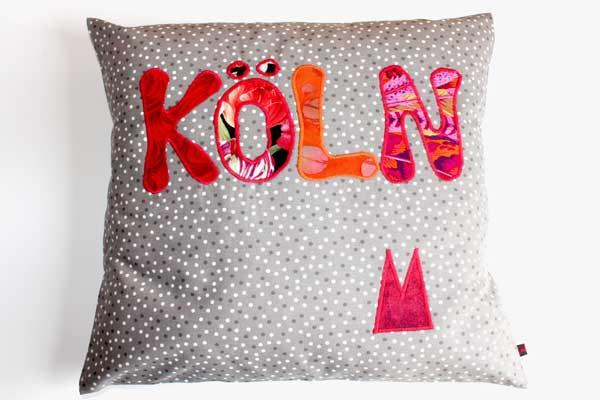 Köln-Kissen - Rot-orange Schrift auf grau-weißen Tupfen