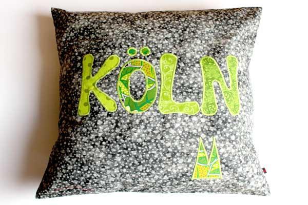Köln-Kissen - Grüne Schrift auf grauem Würfelmuster