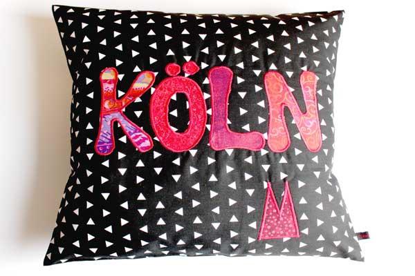 Köln-Kissen - Roter Schriftzug auf schwarz-weißen Dreiecken
